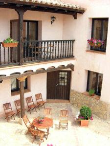 Patio de vivienda en Albarracín con flores