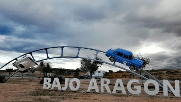 monolito bajo aragon con coches