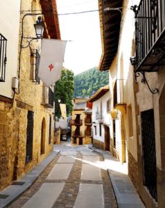calle con banderolas medievales en rubielos de mora