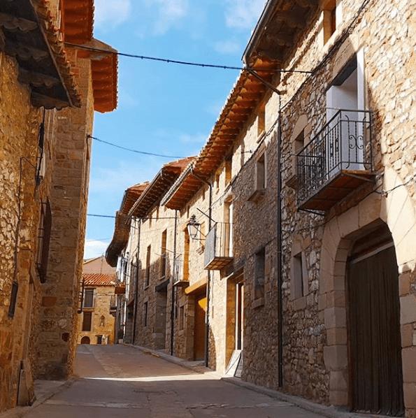 calle con casas de piedra de puertomingalvo
