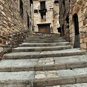 calle con escaleras en puertomingalvo