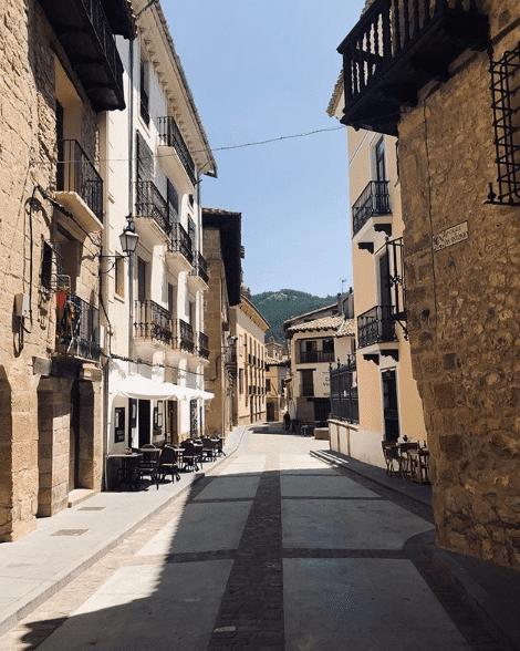calle con restaurantes en rubielos de mora