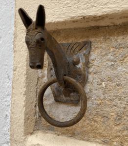 llamador puerta cabeza de burro en rubielos de mora