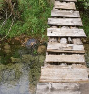 puente de madera ruta senderista puertomingalvo