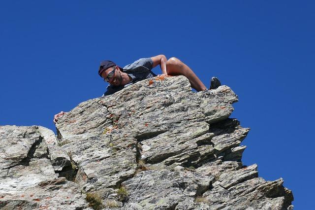 joven practicando boulder